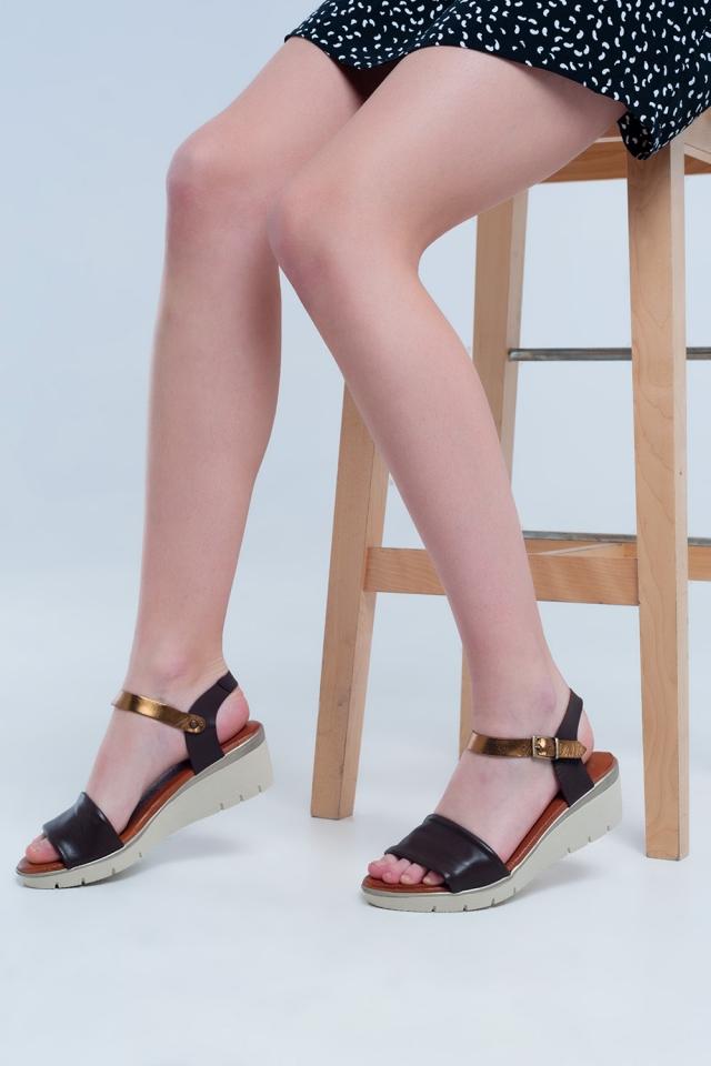 Sandalias con cuña de cuero marron