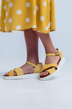 Sandalias planas con talón cerrado color ocre