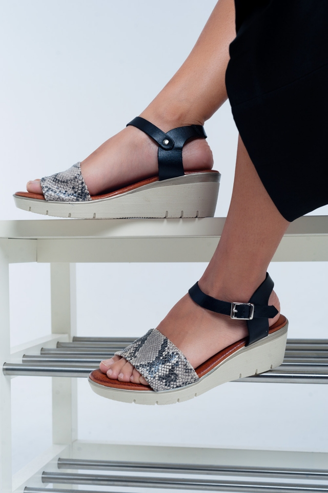 Sandalias con cuña de cuero negro