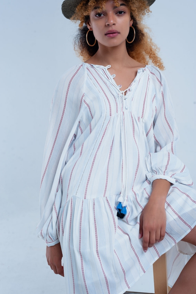 Vestido holgado blanco con rayas rojas y azules