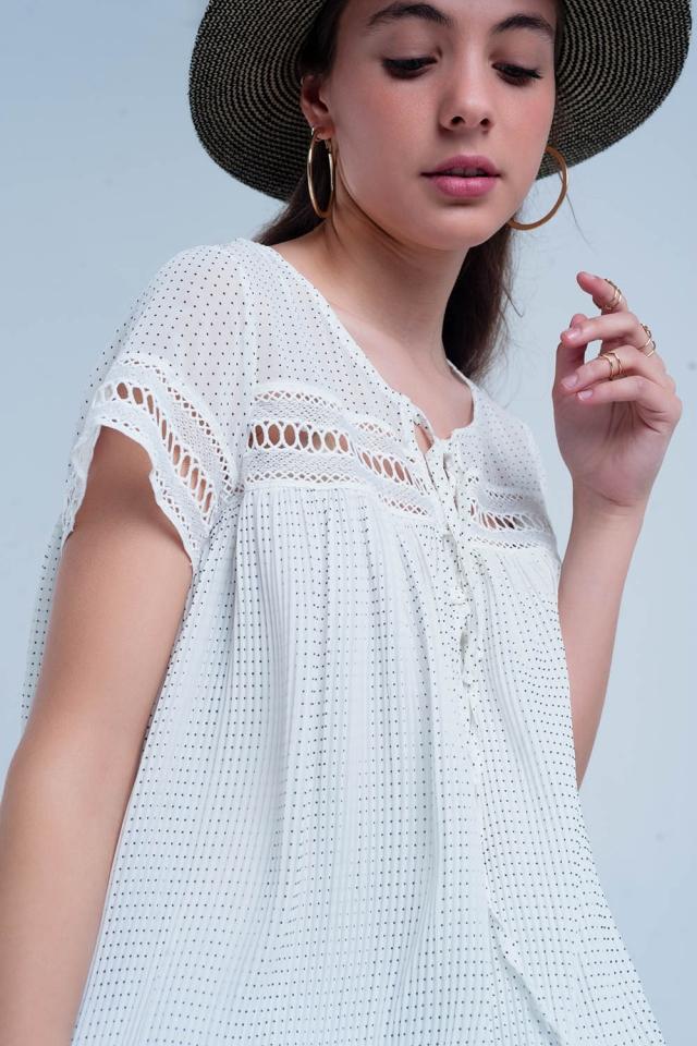 Mini vestido plisado con aplicación en encaje