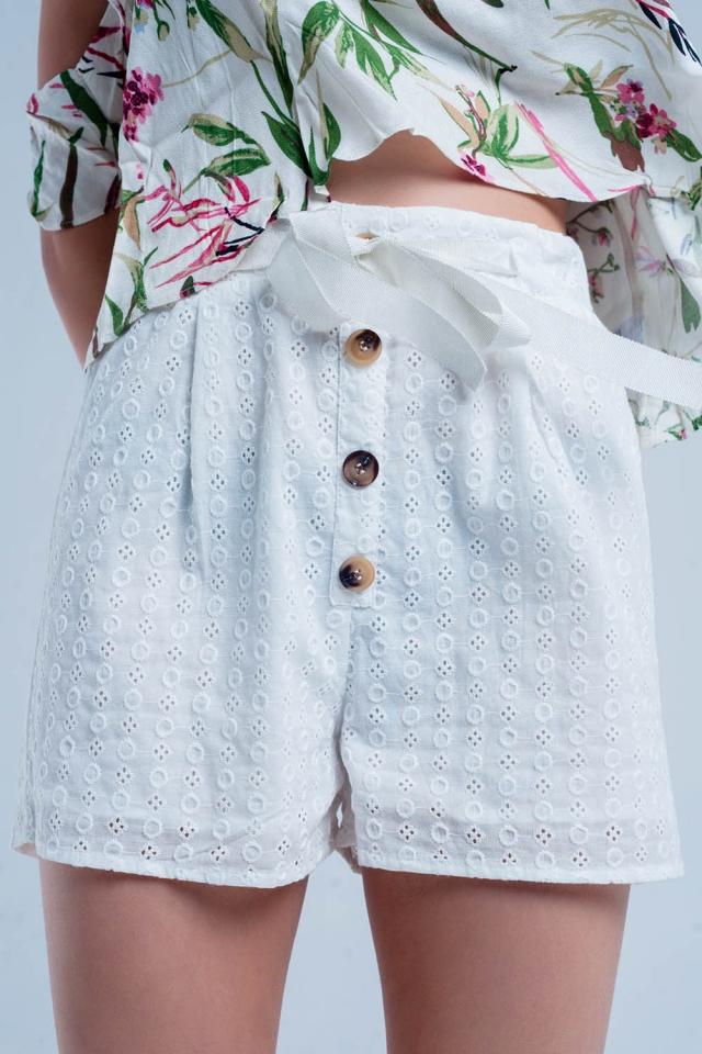 Pantalones cortos con botones en blanco