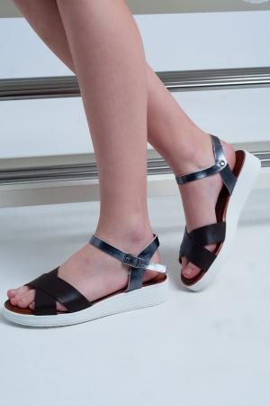 Sandalias planas con talón cerrado color marron