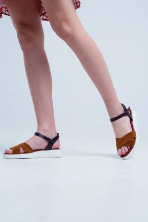 Sandalias planas de cuero color camel