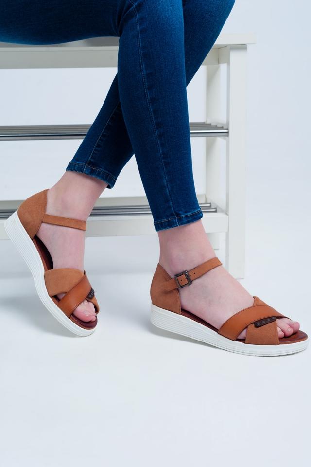 Sandalias planas con talón cerrado color camel