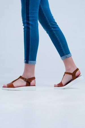 Sandalias planas con correa cruzada de cuero color camel