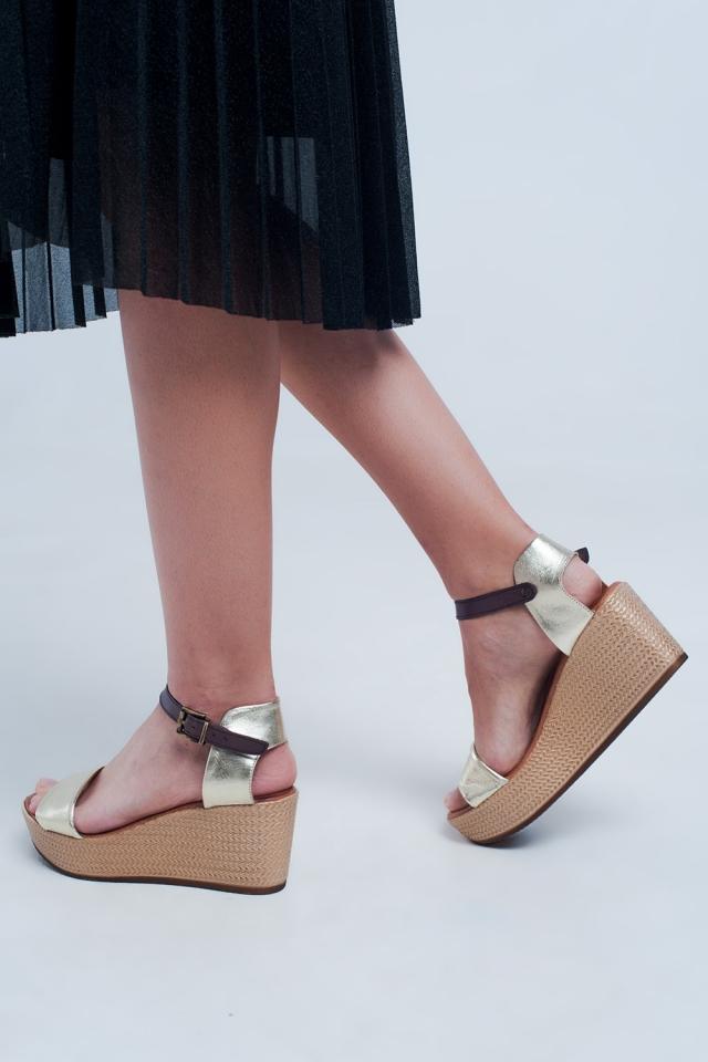 Sandalias de cuña estilo alpargata con tira en oro