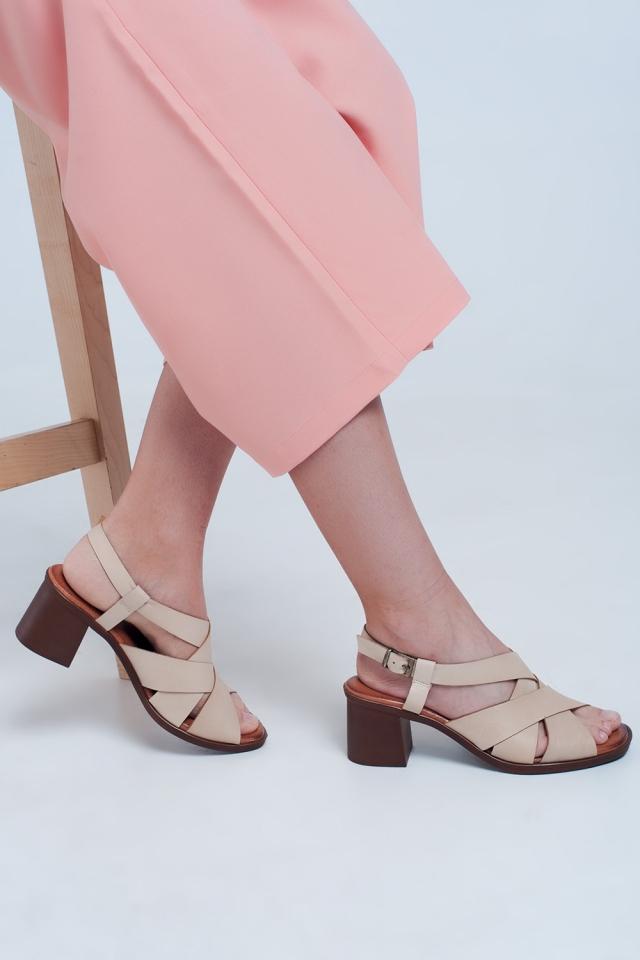 Sandalias de tacón cuadrado con tiras cruzadas en beige