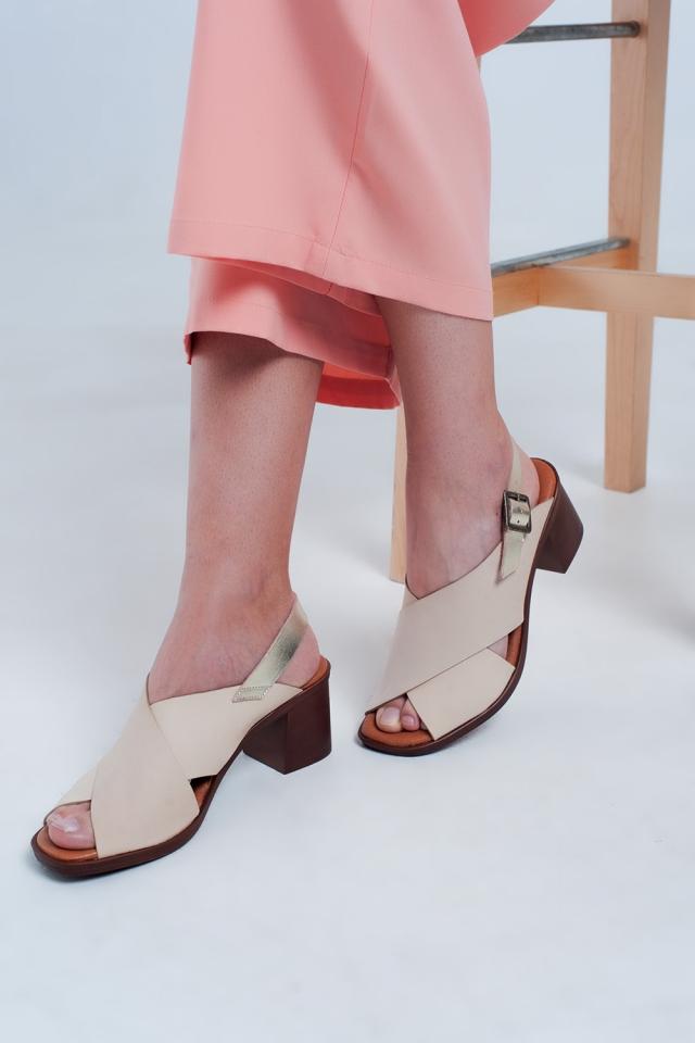 Sandalias de tacón beiges con tiras cruzadas