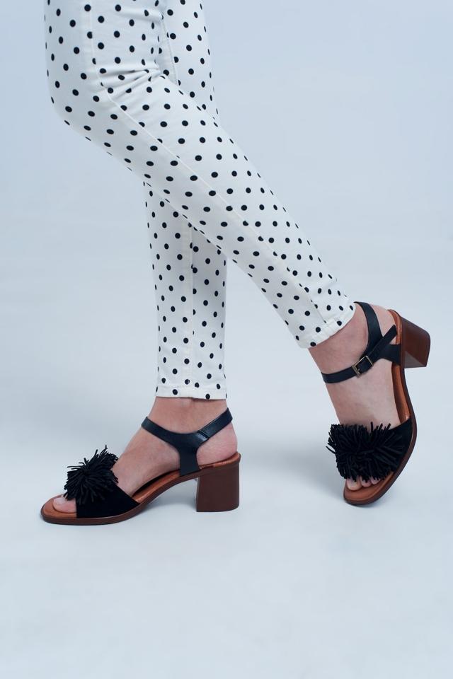 Sandalias de tacón con volantes en negro