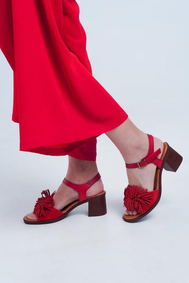 Sandalias de tacón con volantes en rojo