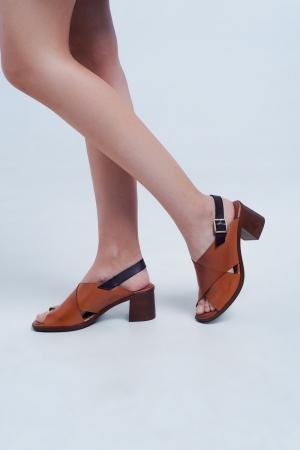 Sandalias de tacón camel con tiras cruzadas