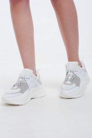 Zapatillas blancas con detalles en gris y crema