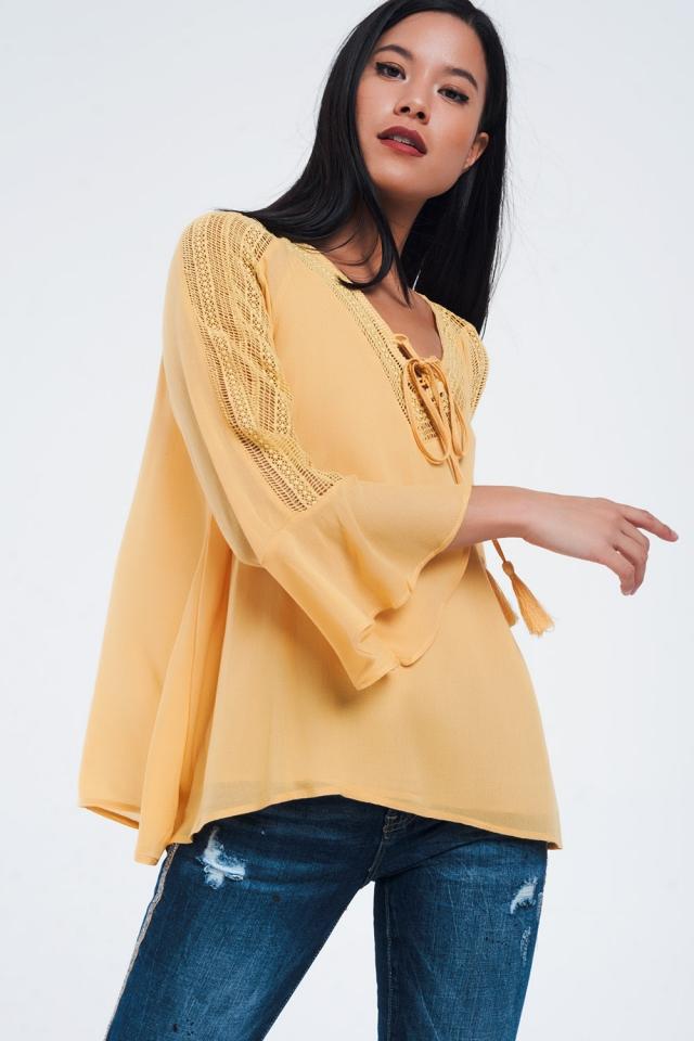 Camisa mostaza con detalles de crochet