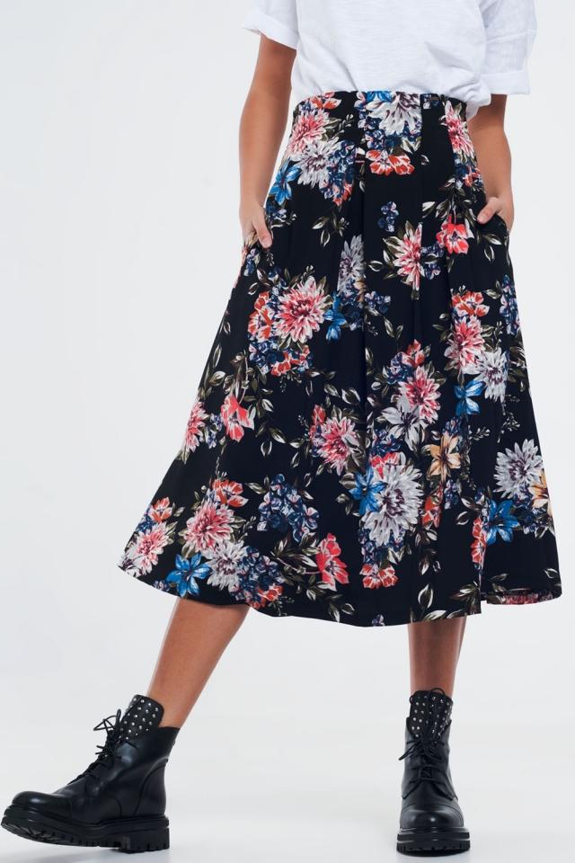 Falda floral negra con caja pliegues.