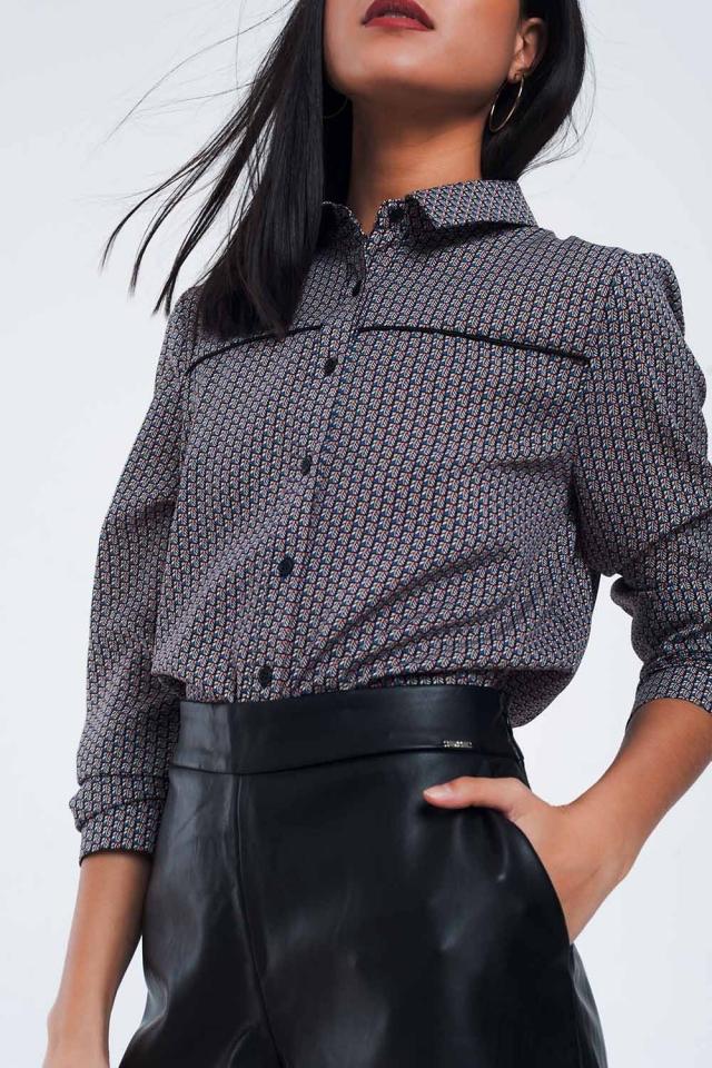 Camisa negra con un estampado