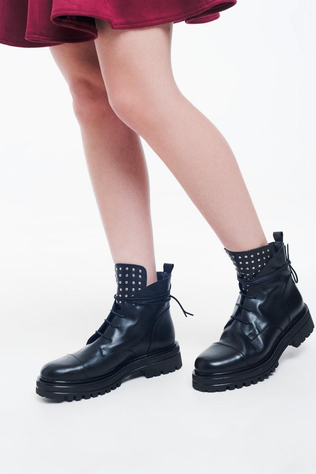 Botas moteras con tachuelas negras