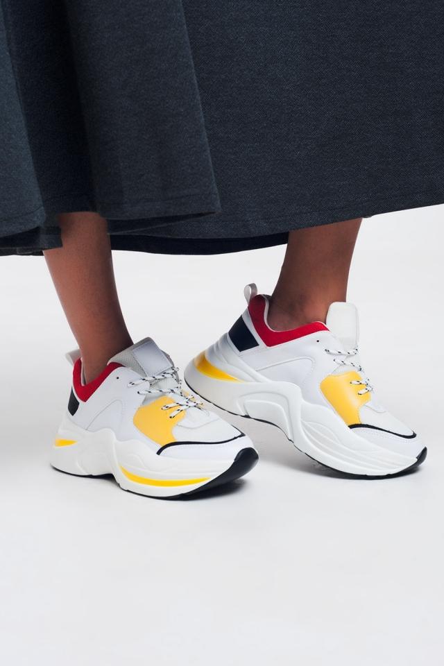 Zapatillas blancas con detalles en amarillo y rojo