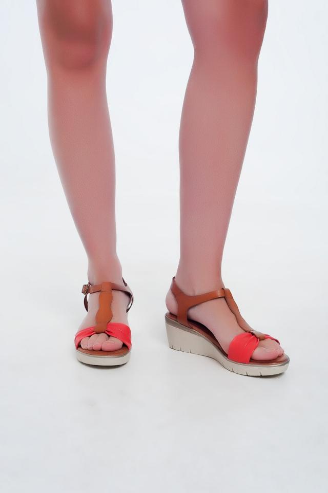 Sandalias con cuña color camel y rojo