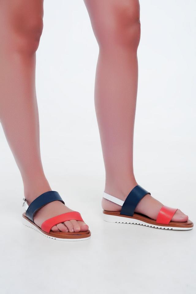 Sandalias planas de cuero rojo y azul