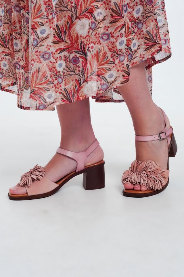 Sandalias de tacón con flecos en rosa