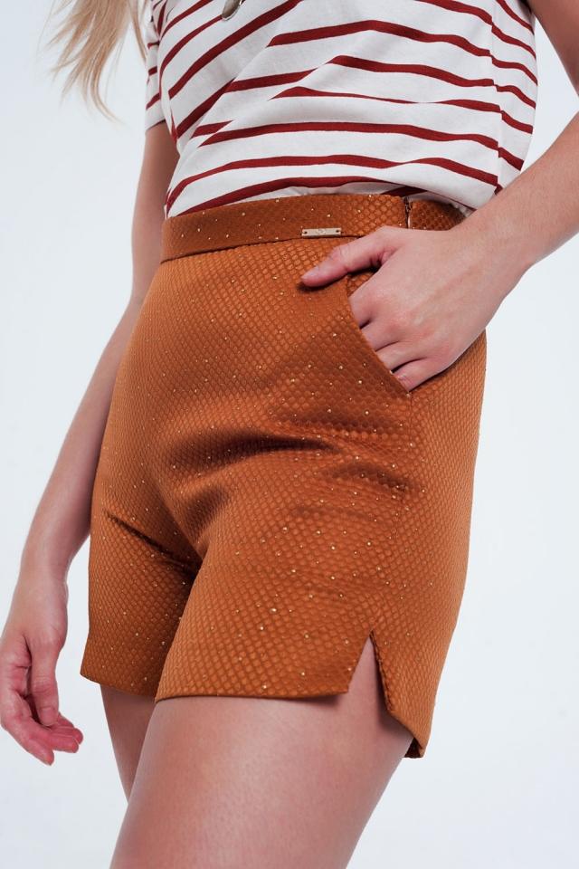 Pantalon corto caldera de talle alto con adornos en dorado