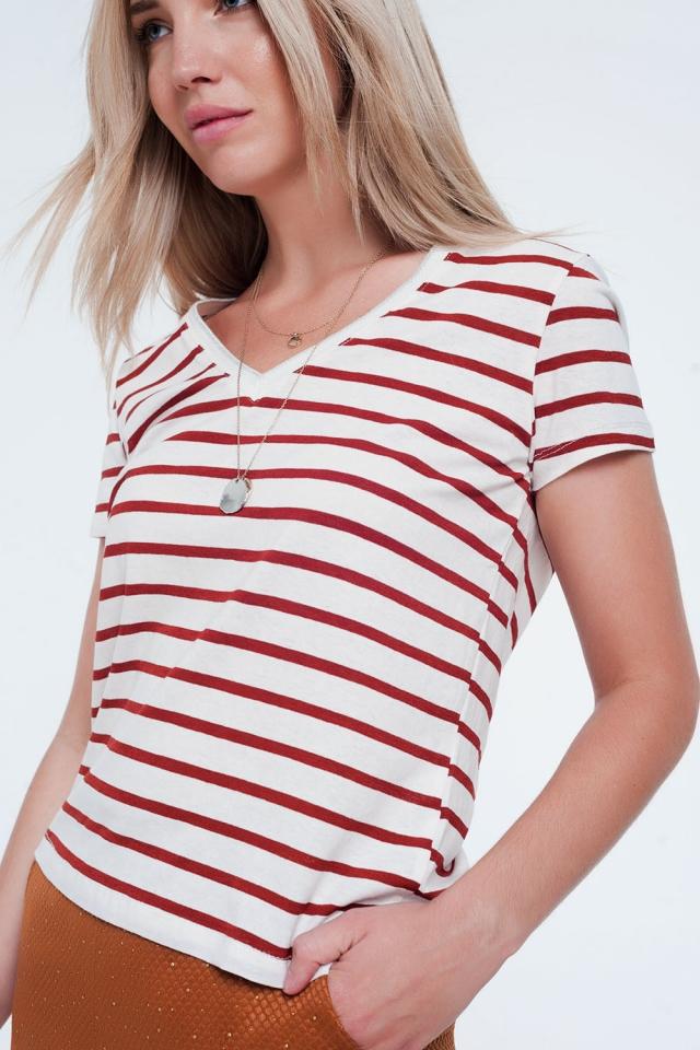 Camiseta con cuello en V a rayas color caldera