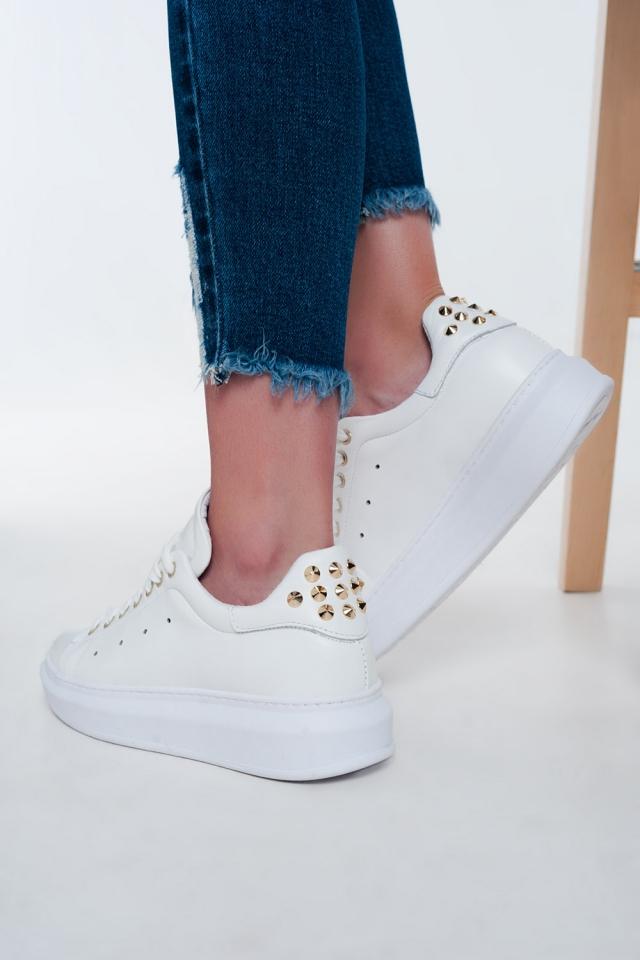 Zapatillas blancas planas con tachuelas doradas
