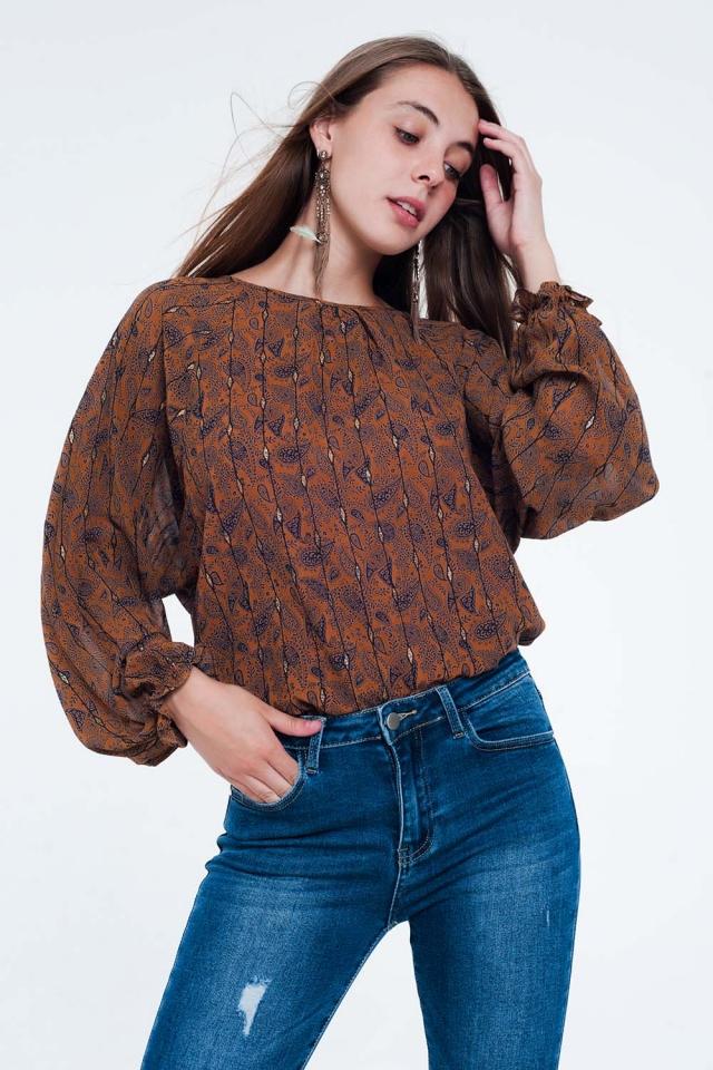Blusa camel de manga larga estampada con detalle de volantes