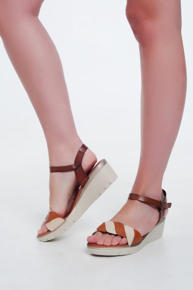 Sandalias con cuña de cuero camel