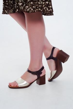 Sandalias de tacón cuadrado anudadas en el tobillo en dorado