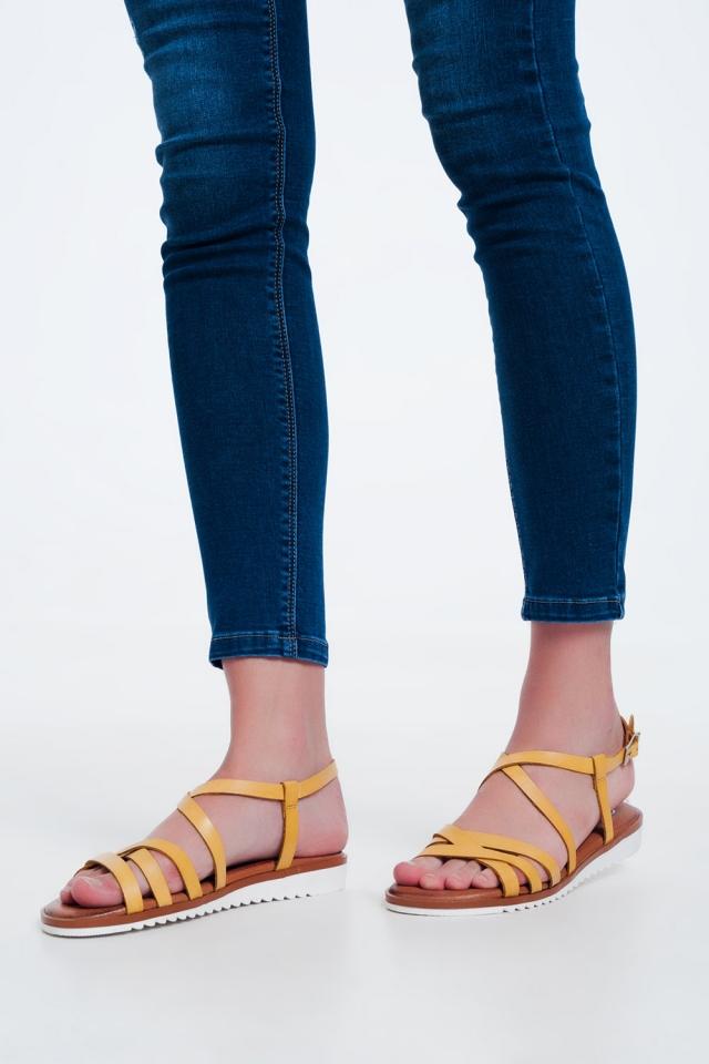 Sandalias planas con tiras cruzadas y tobillo anudado amarillas
