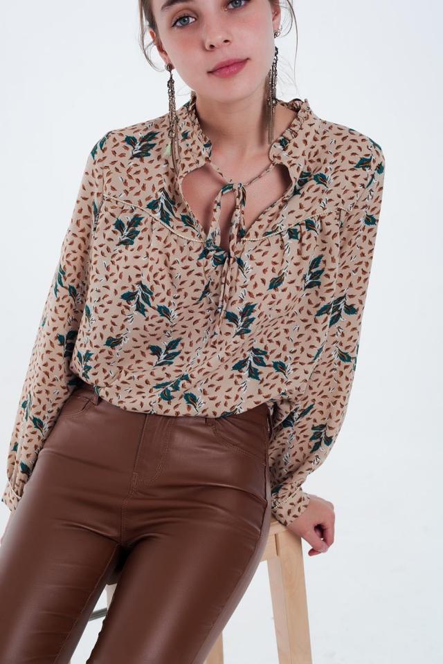 Blusa beige con estampado de hojas con detalle de hilo de oro