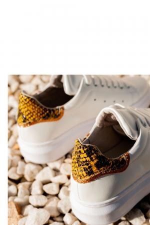 Zapatillas de deporte en punta con cordones y estampado de serpiente amarillo