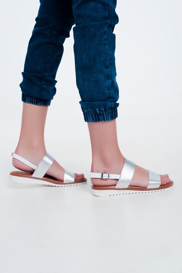 Sandalias planas de cuero en color plata