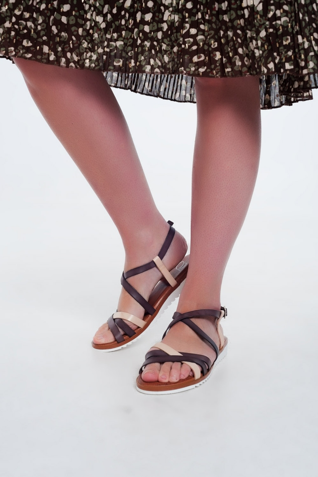 Sandalias planas con tiras cruzadas y tobillo anudado marron