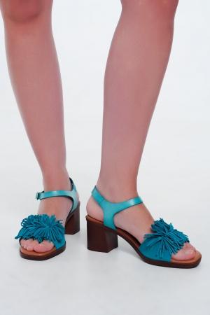 Sandalias de tacón con flecos en turquesa
