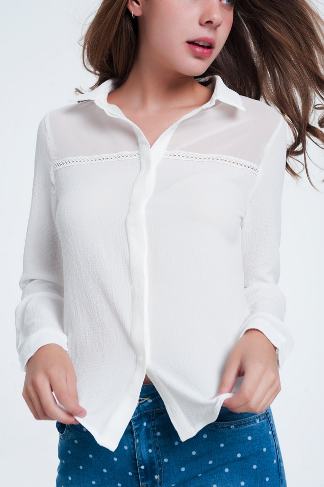 Blusa crema con aplicación en el pecho