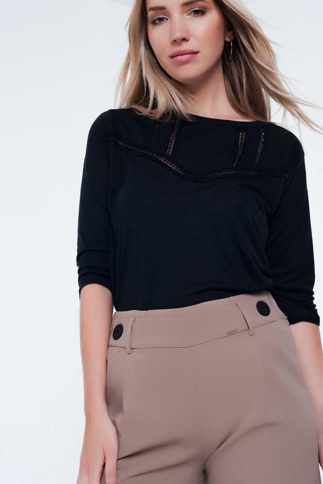 Camiseta negra con detalles de encaje