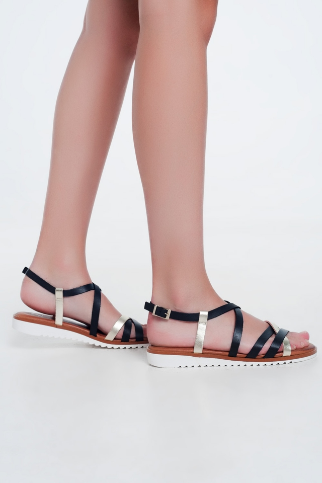 Sandalias negras planas con tiras cruzadas y tobillo anudado