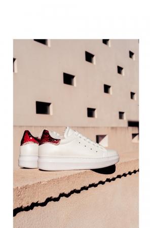 Zapatillas de deporte en punta con cordones y estampado de serpiente rojo