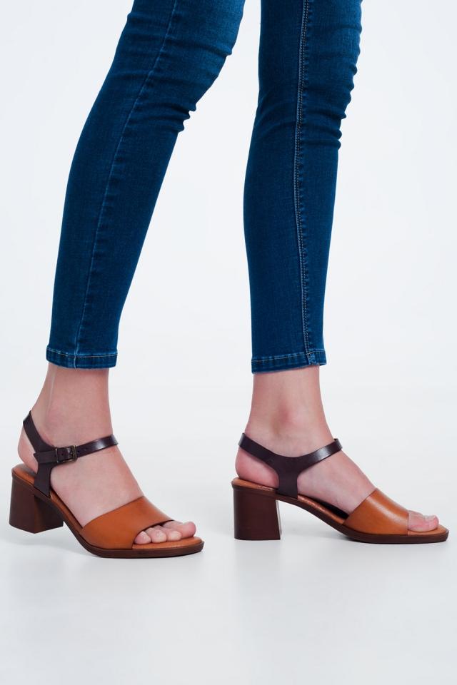 Sandalias de tacón cuadrado anudadas en el tobillo en camel