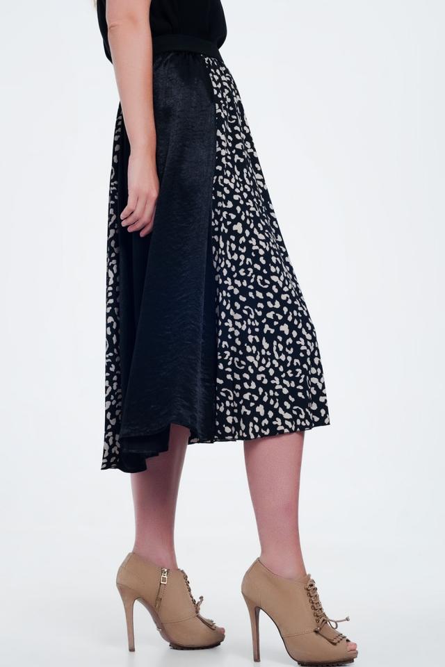 Falda negra semilarga con estampado de lunares tipo dálmata