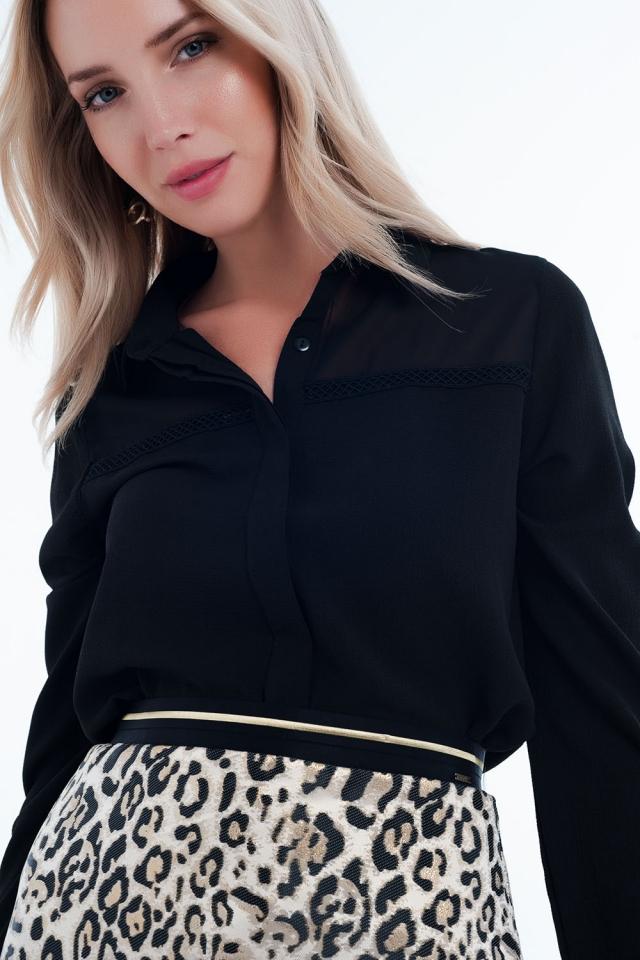 Blusa negra con aplicación en el pecho