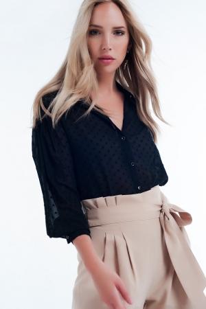 Camisa negra con transparencias y sutiles lunares