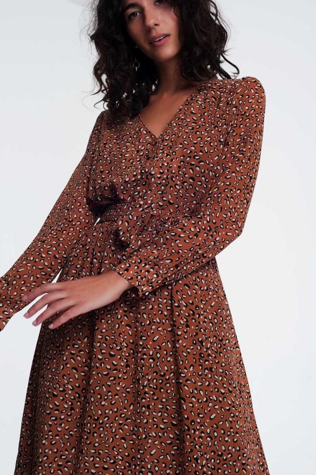 Vestido marron midi con estampado de leopardo y parte delantera de pico