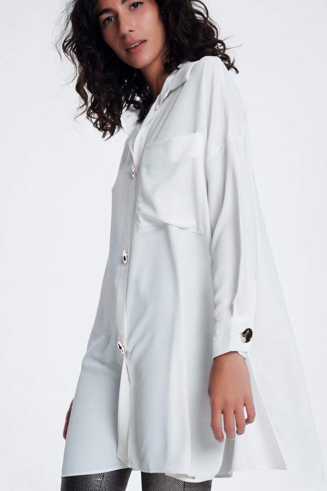 Camisa extragrande blanca de manga larga con detalle de botones
