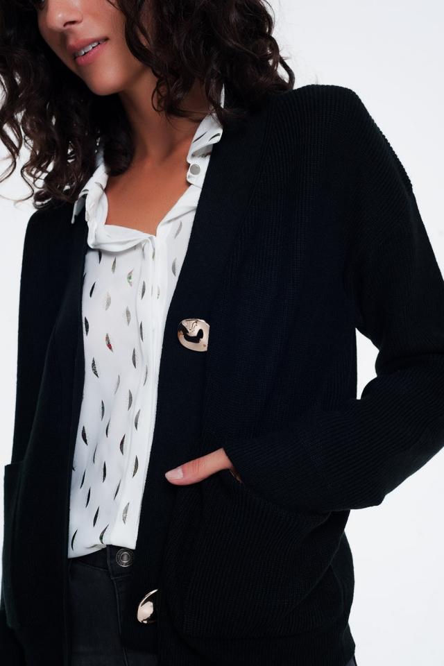 Cárdigan negro con cuello en V y botones en la parte delantera