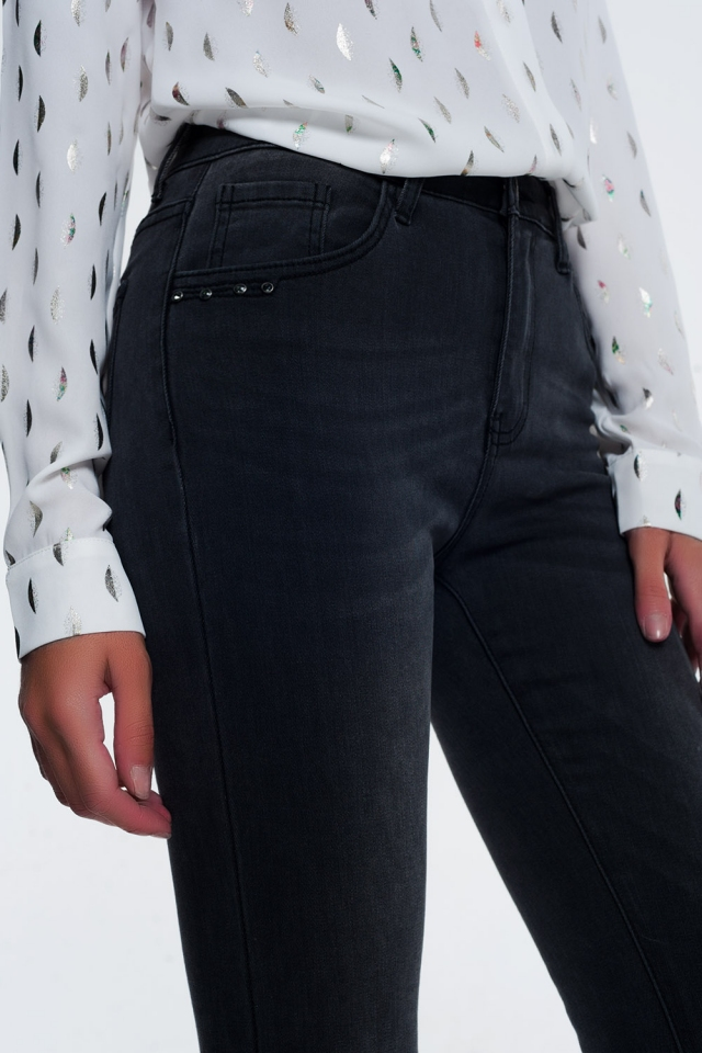 Jeans negros ajustados con detalles de strass