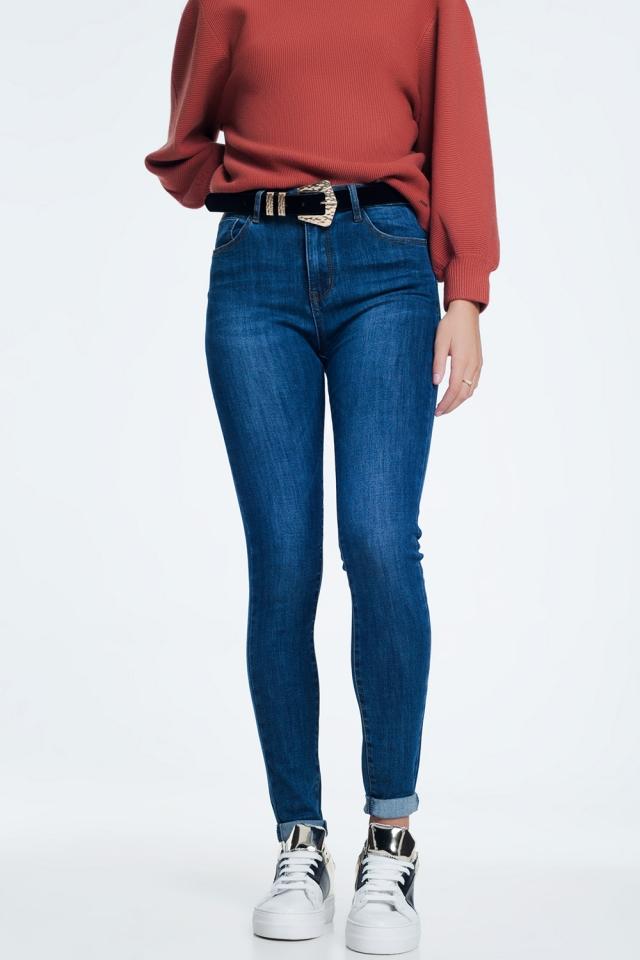 Empuja hacia arriba los jeans oscuros